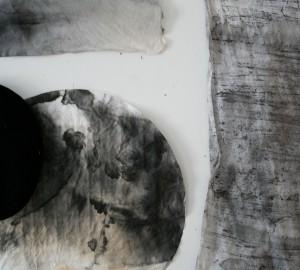 Svart och grå färg i olika genomskinlighetsgrad mot vit bakgrund.