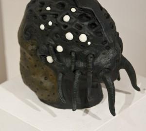 Huvudformad keramikskulptur med tentakler