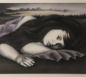 Kvinna som ligger på marken.