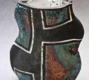 Keramikskulptur med runda former och flera olika mönster.