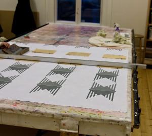 Trianglar som bildar mönster framför lodräta streck.
