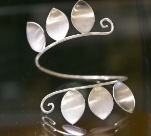 Slingrande silverskulptur med tre bladformade utstickare.