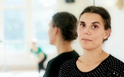 Porträttfoto av Frida i Kävestas danssal.