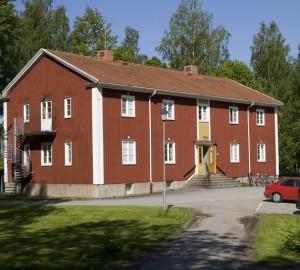 Gästhemmet sett utifrån parkeringen.