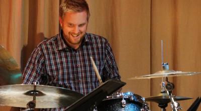 Anders Nordberg spelar trummor vid en lärarkonsert på Kävesta.