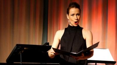 Anna-Sofia Gahnfelt sjunger vid en lärarkonsert på Kävesta.