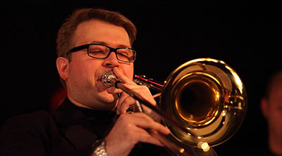 Everett Nelson spelar trombon med slutna ögon.