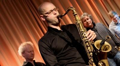 Henrik Nordén spelar saxofon vid en lärarkonsert på Kävesta.