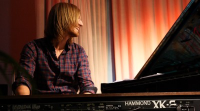 Johan Edin spelar klaviatur vid en lärarkonsert på skolan.