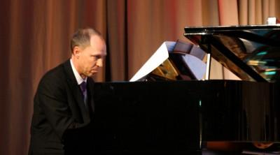 Mats Johansson spelar piano vid en lärarkonsert på Kävesta.