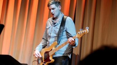Philip Jorstig spelar elbas vid en lärarkonsert på Kävesta.