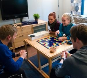 Fyra deltagare spelar spel i Internatets allrum.