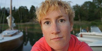 Porträtt av Linda Lindholm vid en hamn.