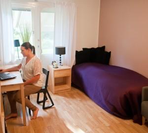 En deltagare sitter framför sin dator i sitt rum i Villan.