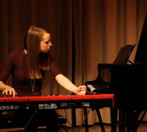 Karin spelar solo på elpiano.