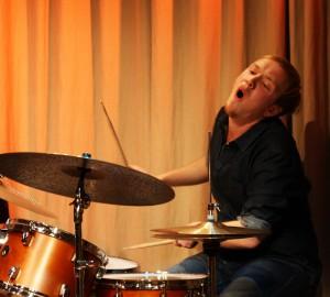 Martin ger gärnet på trummorna.