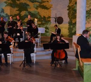 Kör och fyra instrumentalister i Kumla kyrka