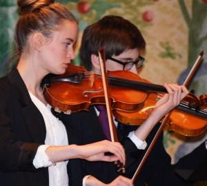 Kävestaelev spelar fiol vi Kumla kyrka