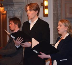 Två sångare och en ackompanjerande orgelspelare.