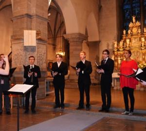 7 kävestaelever sjunger under ledning av Anna-Sofia Gahnfeldt