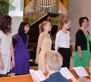 De fyra eleverna och Elain Olsson tackar publiken efter konserten.