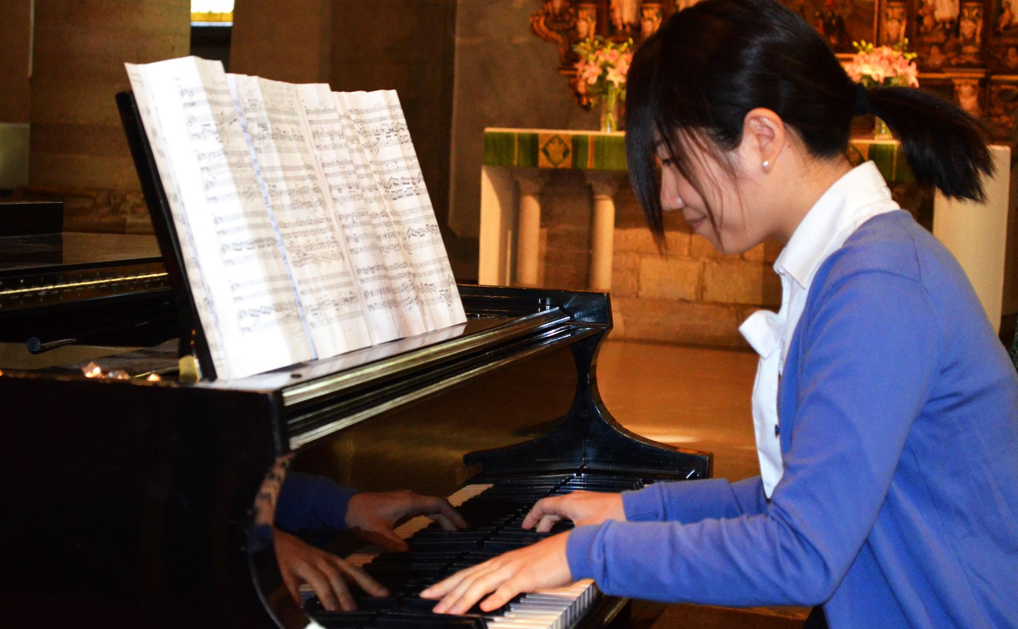 Pianist i blå tröja