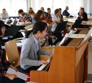 Två deltagare vid ett piano i Kävestas matsal.