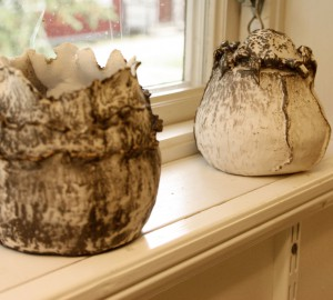 Två keramikvaser på ett fönsterbleck.
