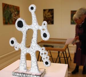 Raku-bränd abstrakt keramikskulptur.