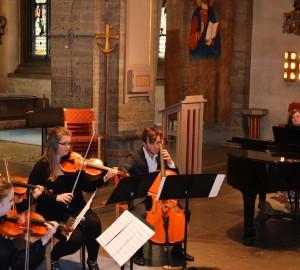 Ensemble sett snett uppifrån. Stråkar och piano.