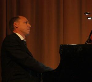 Pianist med huvudet lätt bakåtlutat.