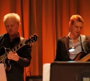 Gitarrist och basist sida vid sida.
