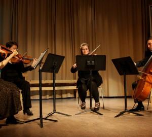 Klassisk ensemble med fyra personer på fiol, cello med mera.