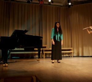 En trio med piano, sång och flöjt.