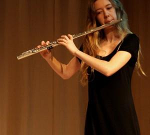 Flöjtspelare i halvbild.