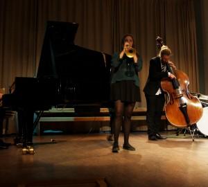 Jazzensemble med piano, trumpet, ståbas och trummor.