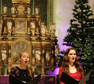Två deltagare sjunger.