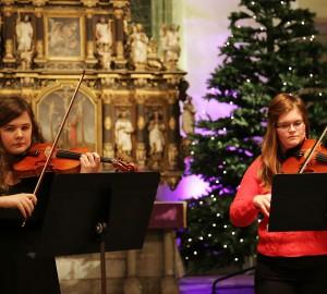 Två deltagare på fiol.