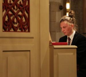 Deltagare spelar på Nicolaikyrkans orgel.