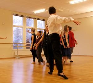Dansare i två ringar, en yttre och en inre. Yttre ringen riktad mot den inre.