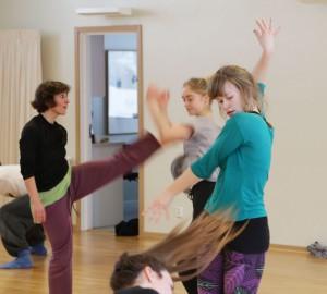 Flera dansare i snabb rörelse.