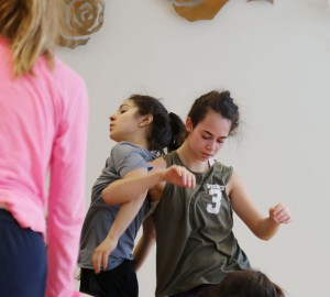 Två dansare lutar sig med ryggarna mot varandra - kontaktimprovisation.