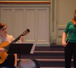 Deltagare spelar klassisk gitarr och fiol.