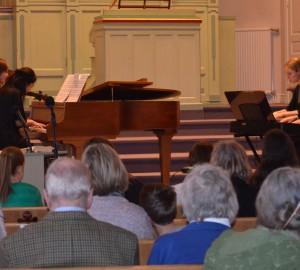 Fyra deltagare spelar i par på två olika pianon.