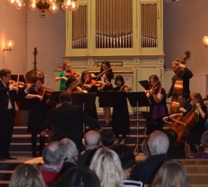 En större klassisk ensemble med flera olika stråkinstrument.