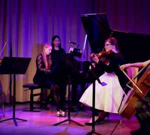 Klassisk ensemble med piano, violin, viola och cello.