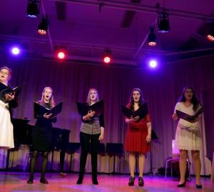 Vokalensemble med fem sångerskor.