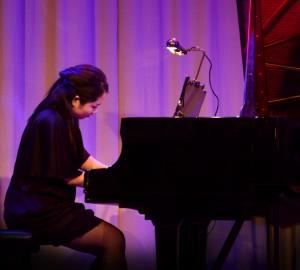 Ensam pianist.