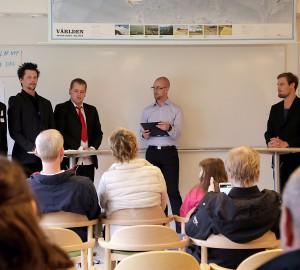 Välklädda deltagare från Allmän linje höll reotrikdebatt i naturhuset.