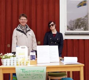 Två representanter från Miljögruppen på Kävesta säljer egentillverkat läppcerat och deodorant, till förmån för Läkare utan gränser.